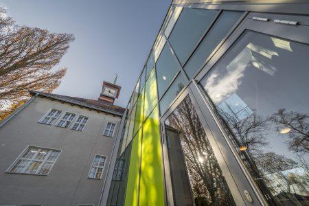Goethe-Grundschule in Neuenhagen bei Berlin. Sanierung des denkmalgeschützten Altbaus sowie Planung und Errichtung des Erweiterungsbaus durch das Architekturbüro sta² in Königswusterhausen. November 2020